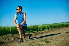 做准备在跑步前的人赛跑者 免版税库存照片