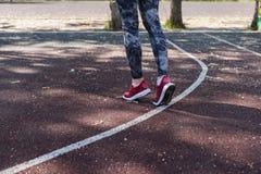 做准备在锻炼前的女孩 免版税图库摄影