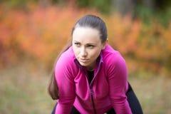 做准备户外在秋天的一个少妇的画象 免版税库存图片