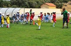 做准备的孩子踢足球 免版税图库摄影