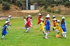 做准备的孩子踢足球 免版税库存图片