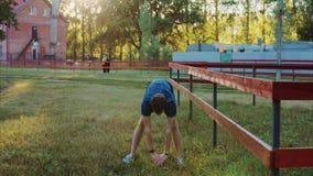 做准备的年轻运动人在锻炼和跑步前 股票录像