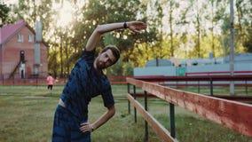 做准备的年轻运动人在锻炼和跑步前 股票视频