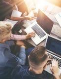 做出优秀商业决策的小组年轻工友队 创造性的现代人讨论公司工作的概念 库存照片