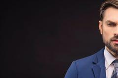 做出决定的男性年轻经理 免版税图库摄影