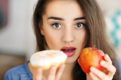 做出在苹果之间的美丽的少妇选择 库存图片