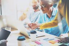 做出巨大商业决策的年轻小组工友 创造性的队讨论公司工作概念演播室 新的起动 免版税库存图片