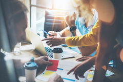 做出巨大商业决策的年轻小组工友 营销队讨论公司工作概念演播室 新 图库摄影