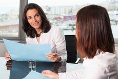 做出正面鉴定的西班牙女实业家雇员 免版税库存照片