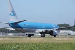 做出租汽车的KLM荷兰皇家航空公司喷气机在斯希普霍尔机场,阿姆斯特丹 免版税库存图片
