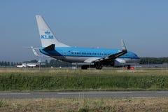 做出租汽车的KLM荷兰皇家航空公司喷气机在斯希普霍尔机场,阿姆斯特丹 免版税库存照片