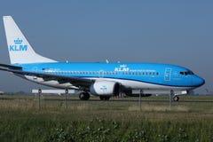 做出租汽车的KLM荷兰皇家航空公司喷气机在斯希普霍尔机场,阿姆斯特丹 特写镜头观点的客舱乘员组 免版税库存图片