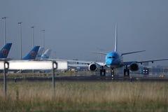 做出租汽车的KLM荷兰皇家航空公司喷气机在斯希普霍尔机场,阿姆斯特丹 库存图片