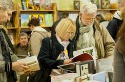 做出选择的前辈夫妇在第6个国际节日书武库的书附近 库存图片