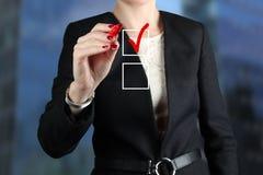 做出选择的女实业家在真正图表由一支红色笔 免版税图库摄影
