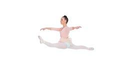 做分裂的美丽的芭蕾舞女演员 免版税库存照片