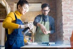 做创造性的木制品的工匠 库存照片