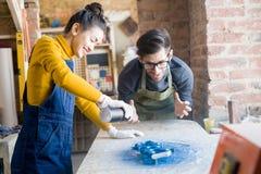 做创造性的木制品的激动的工匠 免版税图库摄影