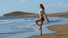 做刺的健身妇女为glute和腿肌肉锻炼训练核心肌肉,平衡,心脏行使和 影视素材