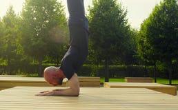 做前臂平衡的一个人在公园 免版税图库摄影