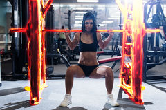 做力量健身锻炼的性感的运动的妇女在体育健身房 解决在健身房的美丽的女孩 库存图片