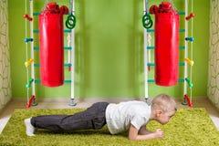 做力量锻炼完善的板条的男婴 体育,健身,体育 一种健康生活方式的概念 免版税库存图片