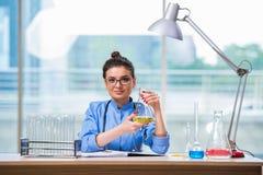 做化工测试的妇女医生在实验室 免版税图库摄影