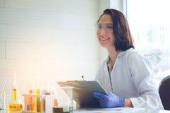 做医学研究的试验室工怍人员的年轻女性科学家  免版税库存照片