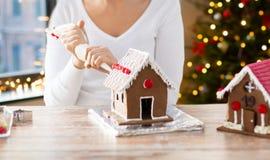 做华而不实的屋的妇女在圣诞节 库存图片