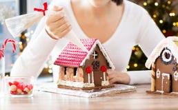 做华而不实的屋的妇女在圣诞节 免版税库存照片