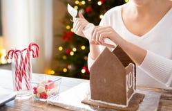 做华而不实的屋的妇女在圣诞节 库存照片