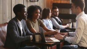 做协议握手白种人律师的非洲夫妇在咖啡馆 股票视频
