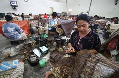 做印度尼西亚传统蜡染布Tulis 免版税库存照片