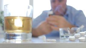 做危险组合烟饮料酒精和作为药片的上瘾的人 库存图片