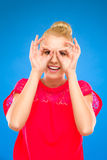 做双筒望远镜用她的手的妇女。 免版税库存图片