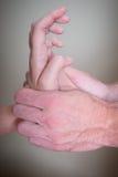 做反射论女性耐心手的按摩医生 免版税库存图片