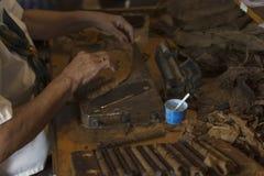 做古巴雪茄 免版税库存照片