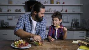 做可口果子kebabs的关心的爸爸和儿子 股票录像