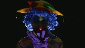 做可怕面孔的年轻热闹的邪恶的小丑 股票录像