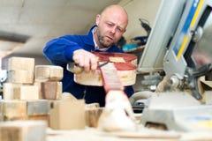 做吉他的被集中的工匠 免版税库存图片