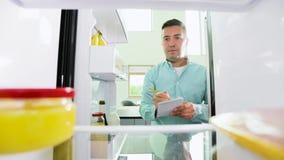 做名单的人必要的食物由冰箱 股票录像