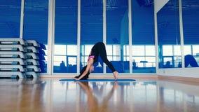 做后面的美丽的妇女一锻炼在健身房 影视素材