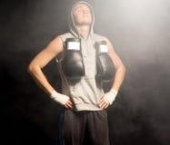 做呼吸的锻炼的年轻拳击手 免版税库存图片
