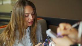 做命令的年轻女人在餐馆 股票视频