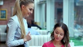 做命令的年轻可爱的妇女在餐馆 免版税库存照片