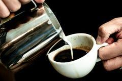 做咖啡准备服务概念 库存图片