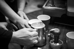 做咖啡准备的Barista咖啡馆 库存图片