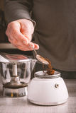 做咖啡垂直的人 图库摄影