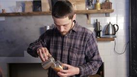做咖啡拿铁艺术的Barista 倾吐的牛奶到热奶咖啡里 股票录像
