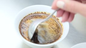 做咖啡接近的Barista 股票录像